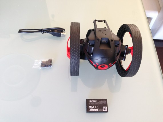 Todo el contenido de la caja Jumping Sumo (Cable USB de carga, repuesto para el pie, bateria, y el propio Jumping Sumo)